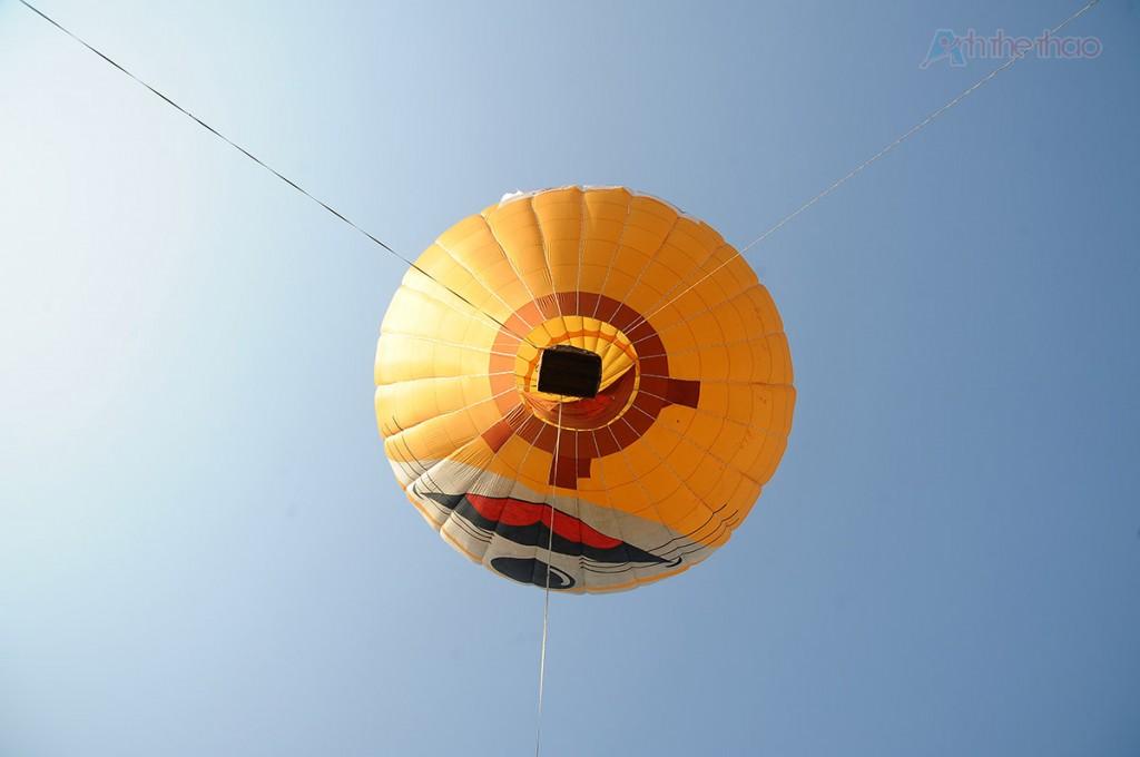 Kinh khí cầu được buộc cố định bằng 3 sợi dây