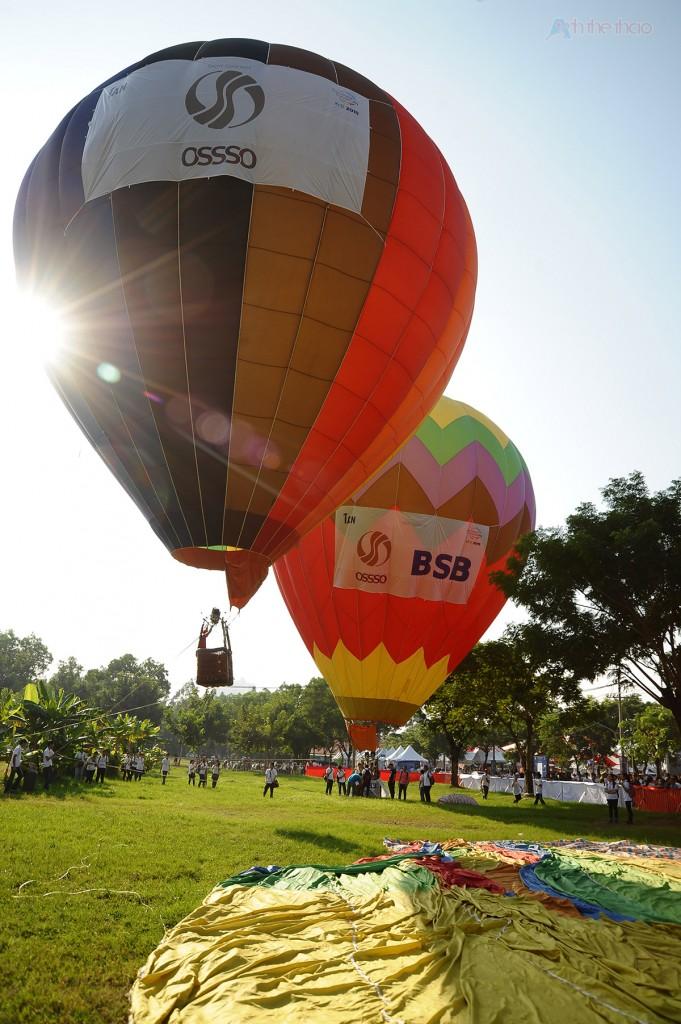 Kinh khí cầu bay lơ lững với độ cao 5m