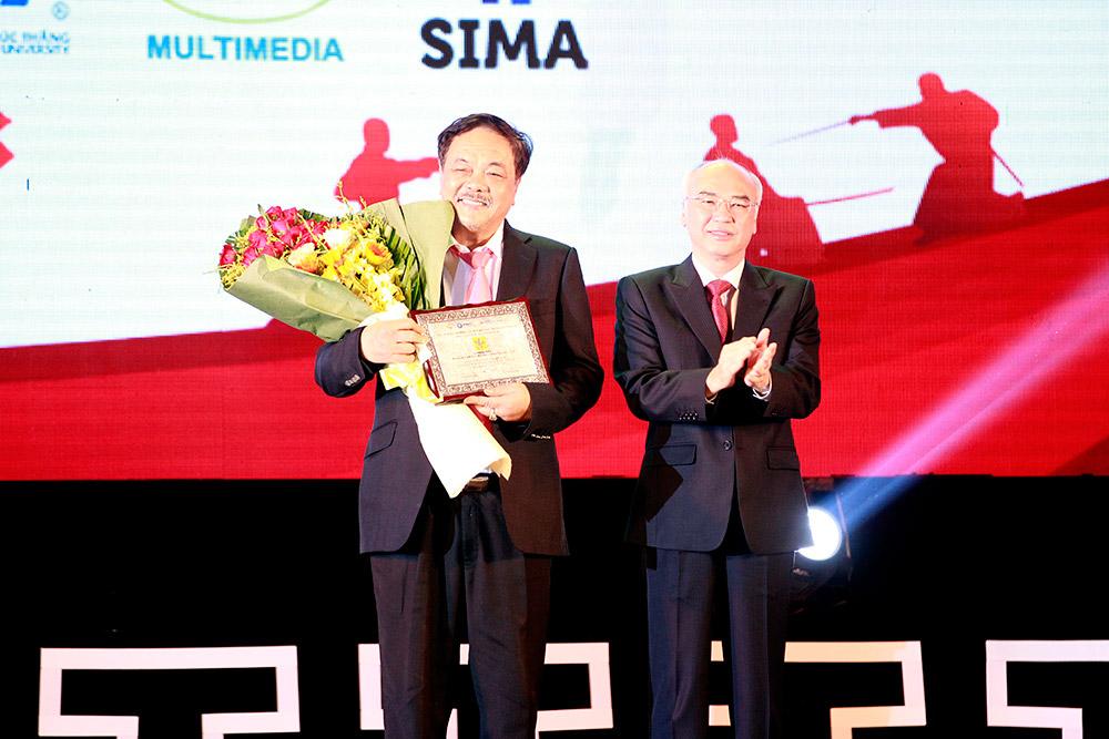 Ông Phan Nguyễn Như Khuê trao tặng hoa lưu niệm cho nhà tài trợ Number 1
