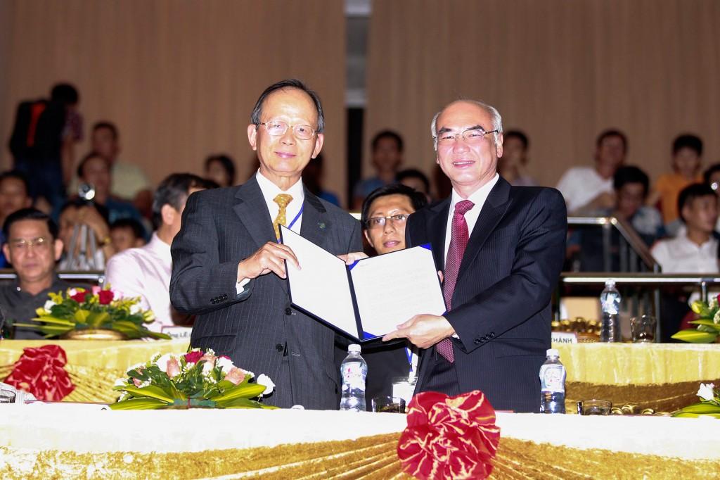 Ông Phan Nguyễn Như Khuê và Chung Wha Tee