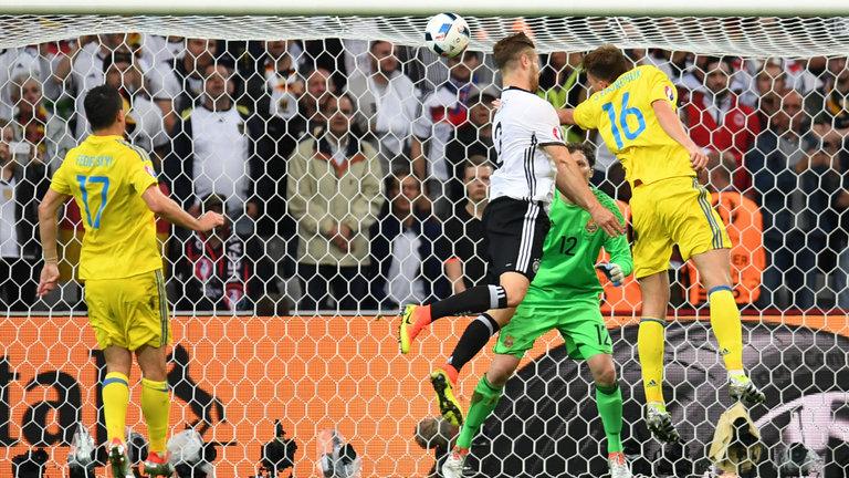 Pha ghi bàn đầu tiên của hậu vệ Đức Shkodran Mustafi (c) tại giải quốc tế