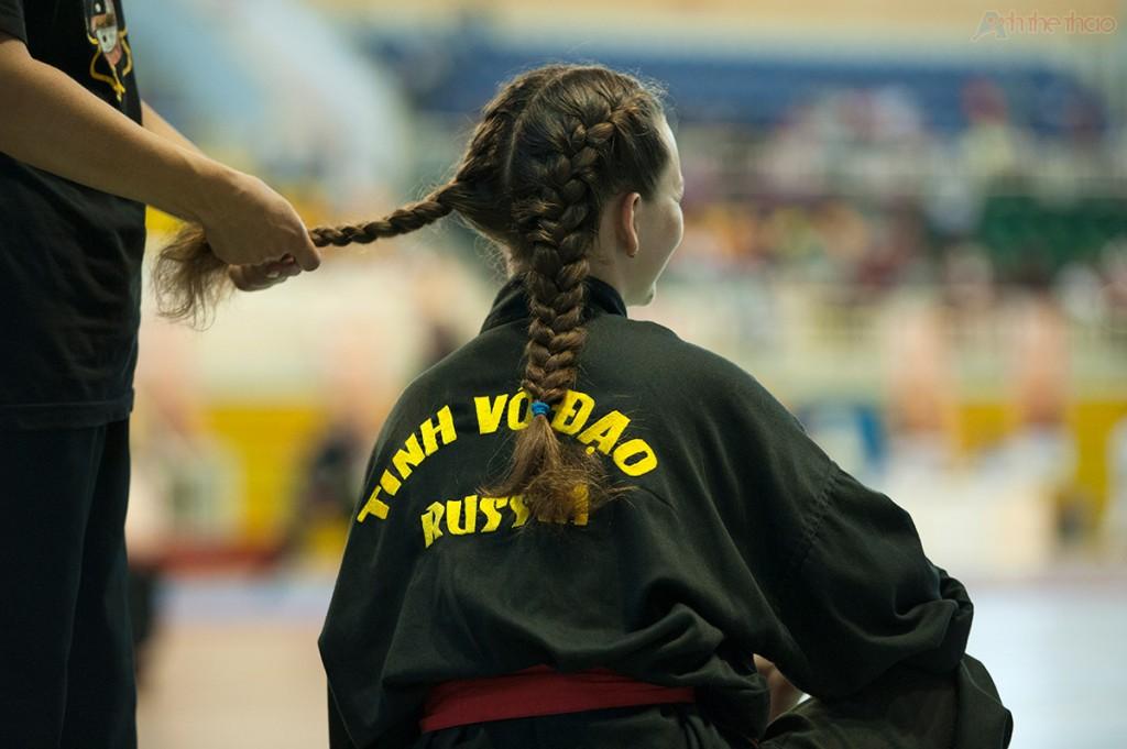 VĐV Nga tết tóc trước khi thi đấu