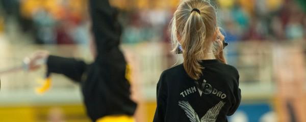 VĐV nhí nước Nga xinh xắn với máy tóc vàng óng