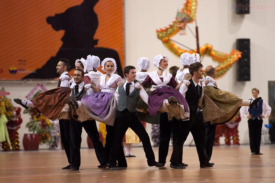 Tuyển Pháp gây ấn tưởng với bài múa truyền thống
