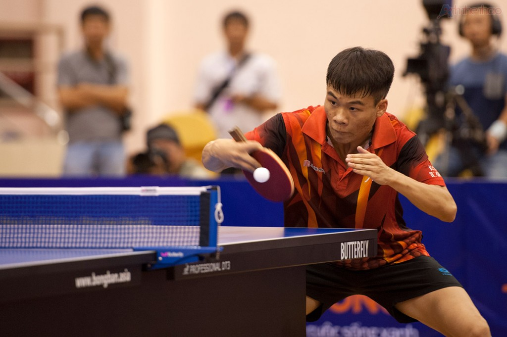 tay vợt Trung Quốc nhanh chóng chiếm ưu thế ở những set đầu