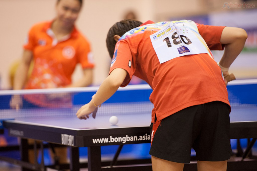 Zhao Lin xoay tròn bóng bàn để chọn quả tốt nhất