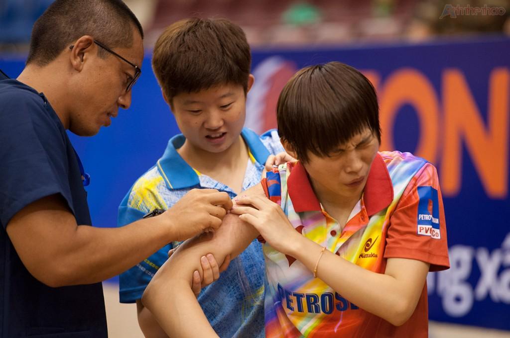 Zhao Lin được chăm sóc sau trận đấu