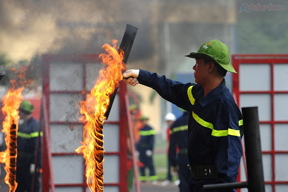 Đội PCCC dập lửa sau mỗi đợt thi