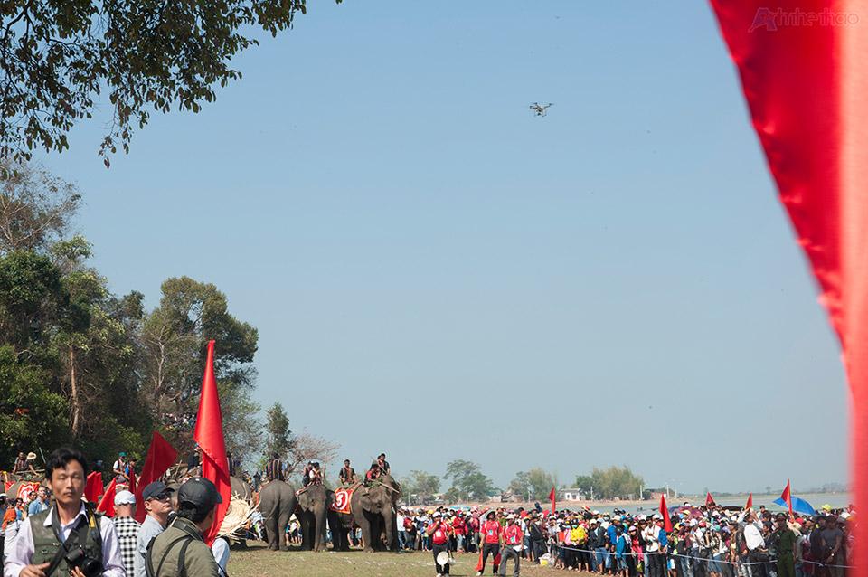 Chiếc flycam không chịu bay đi dù bị nhắc nhở nhiều lần