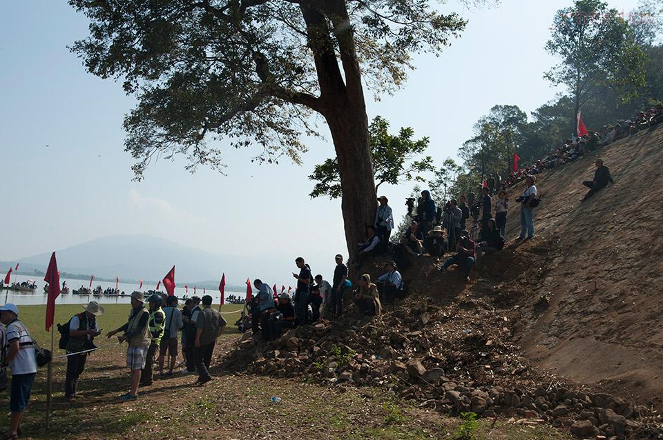 Rất đông người dân và nhiếp ảnh đến xem và chụp ảnh