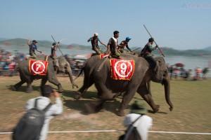 Mơgát ngồi trước đầu voi dùng một thanh sắt nhọn dài độ một mét gọi là kreo đâm mạnh vào da, thúc voi tăng tốc độ