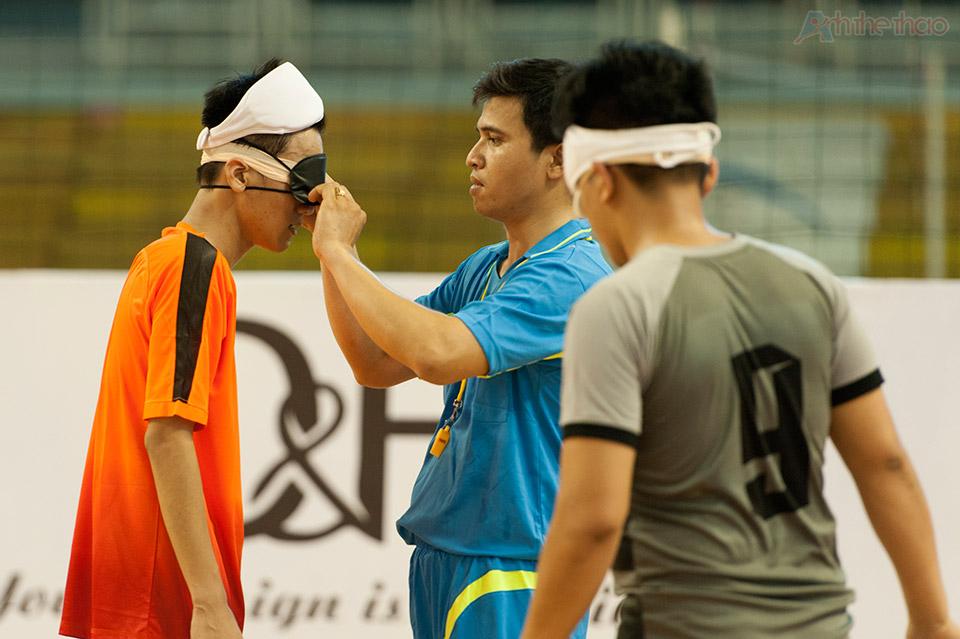 Cẩu thủ khiếm thị được bịt mắt và tranh bị nón bảo hộ đầu