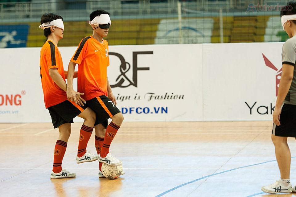 2 cầu thủ hỗ trợ nhau trước pha đá phạt