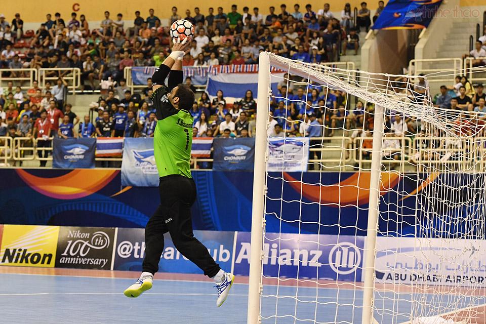 Tiếp theo là cú sút xa khiến thủ thành Mohammadi phải tung hết người đẩy bóng ra ngoài ở phút thứ 15:13