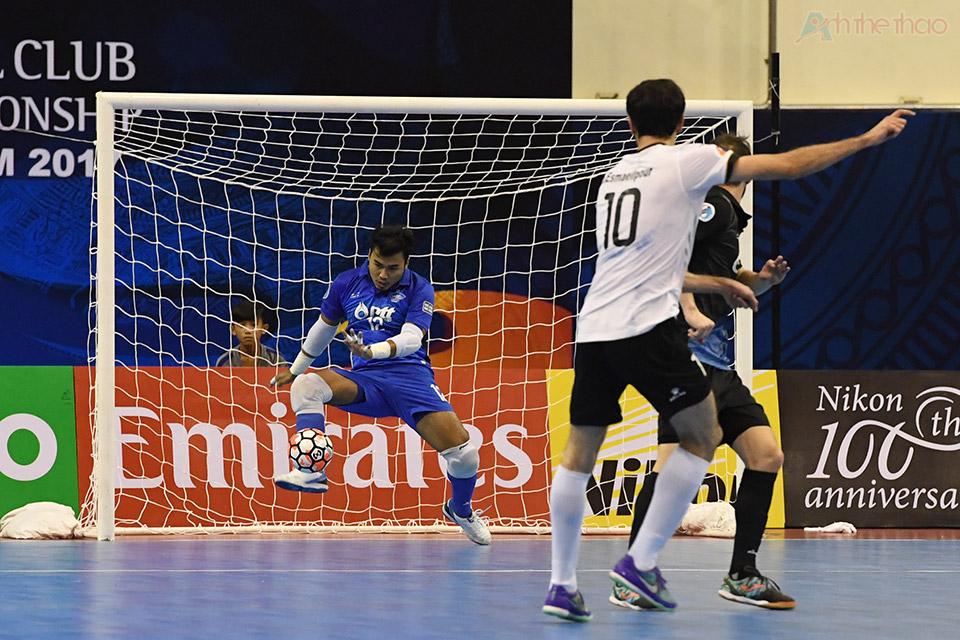 Iran không còn cách nào khác ngoài nâng lên tấn công, tiêu biểu nhất là tình huống ở phút thứ 1:19, nếu không nhờ sự xuất sắc của thủ thành Katawut Thái Lan đã bị thủng lưới.
