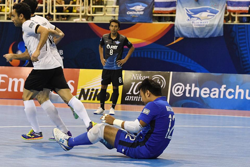 Tiếng còi khai cuộc hiệp 2 vừa dứt thì Thái Lan đã lãnh ngay bàn thua từ sai lầm của thủ thành Katawut, giảm cách biệt xuống còn 1-2