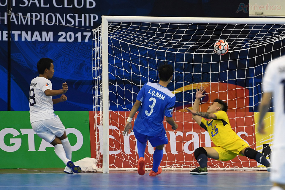 Phút thứ 11, thủ thành Văn Huy vào lưới nhặt bóng lần thứ tư khi bắt hụt cú sút của cầu thủ mang áo số 8.