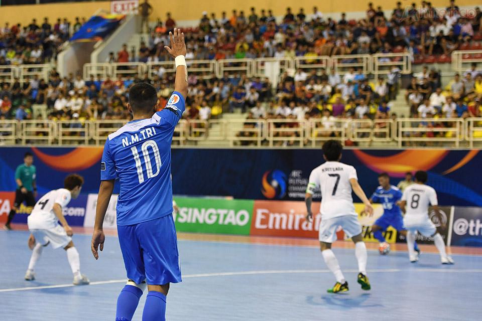 Tiền đạo Minh Trí phải vất vả chạy tìm bóng, đồng đội hầu như không thể truyền bóng cho anh khi luôn bị hậu vệ đối phương đeo bám