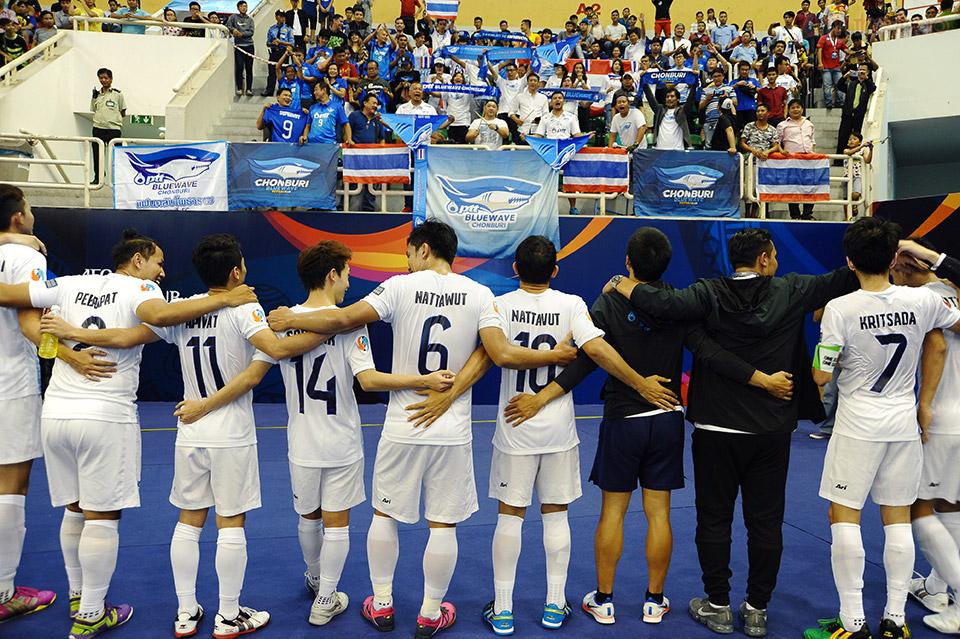 Bluewave Chonburi ăn mừng cùng người hâm mộ