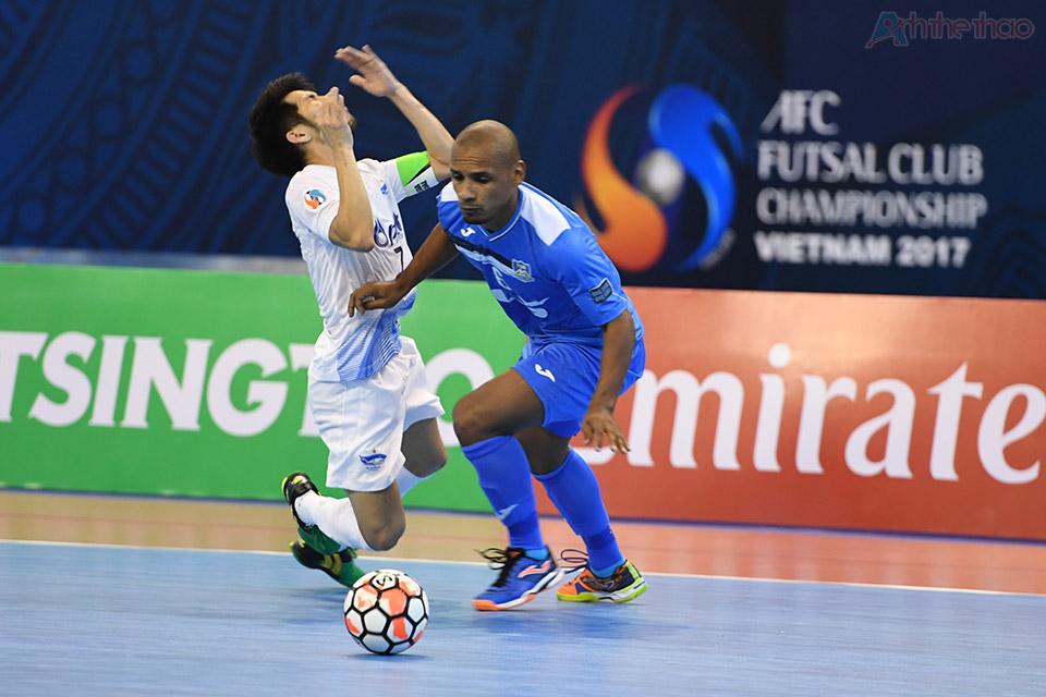 Một cầu thủ Bluewave Chonburi bất ngờ té ngã mặt dù chưa bị phạm lỗi