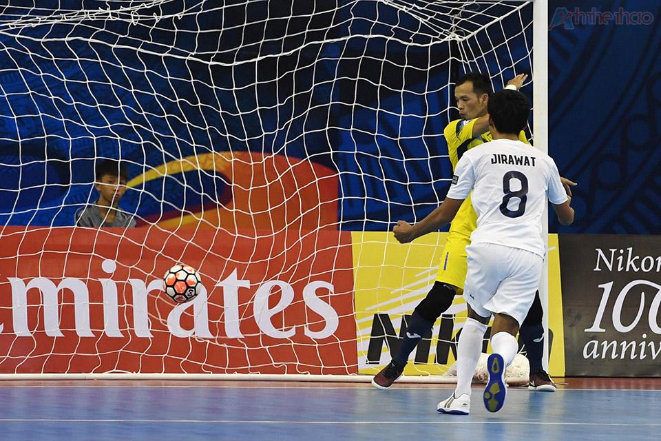 Phút thứ 14, cầu thủ Jirawat sút thành công quả penalty sau khi một cầu thủ Thái Sơn Nam phạm lỗi vò bóng nguy hiểm trong khu vực 16m50, nâng tỉ số lên 3-0