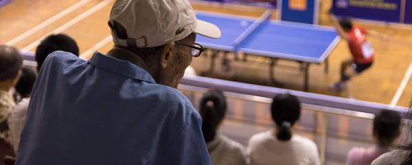 Một khán giả lớn tuổi xem chăm chú các trận đấu