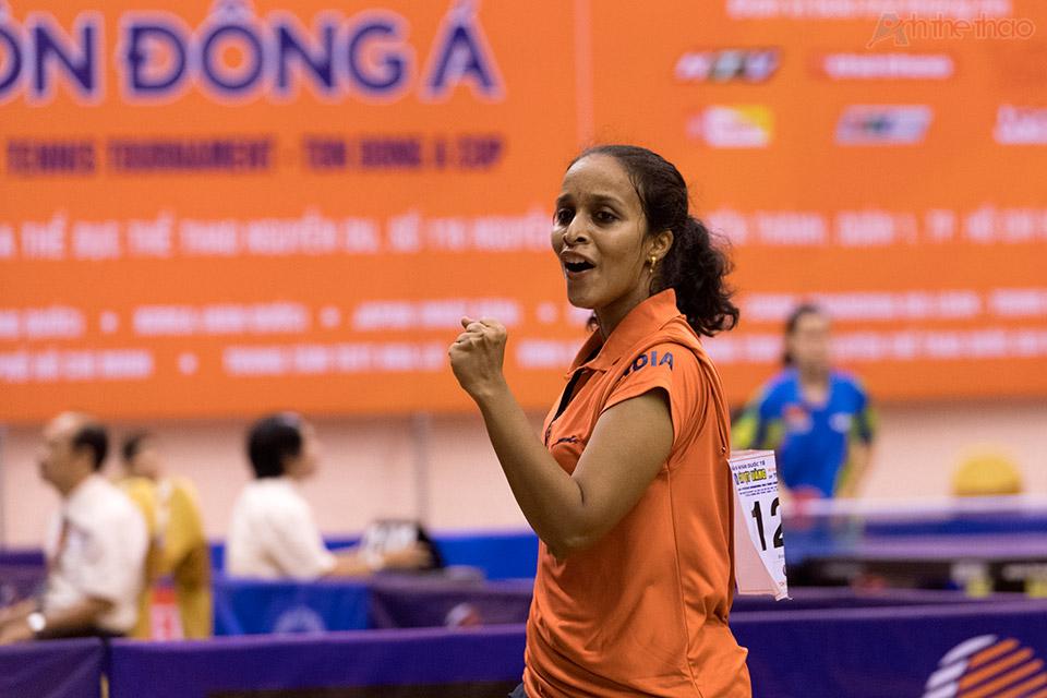 Tay vợt Ấn Độ Nikha Banu với nụ cuời quyến rủ