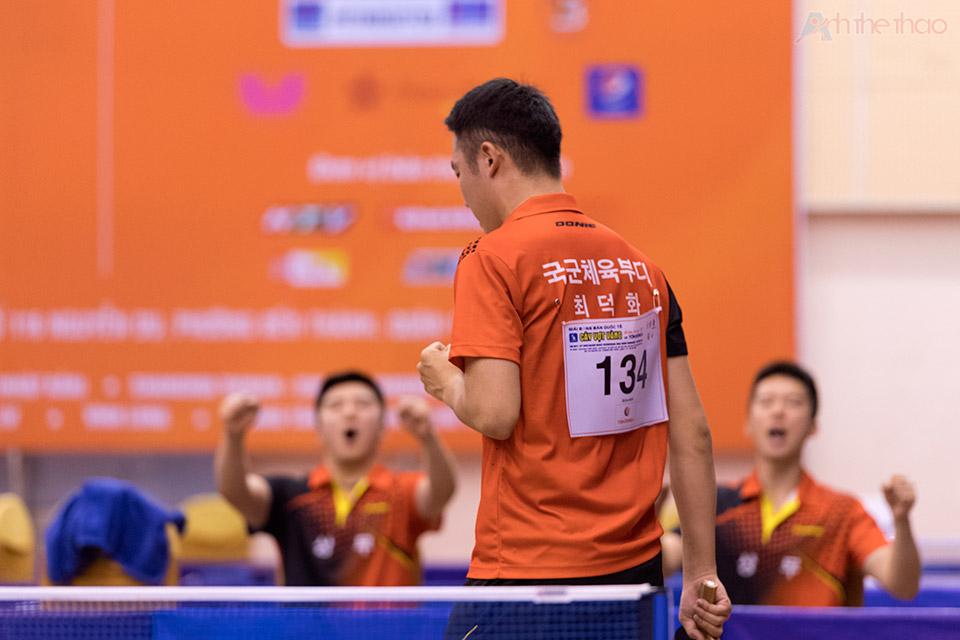 Tay vợt Hàn ăn mừng cùng đồng đội
