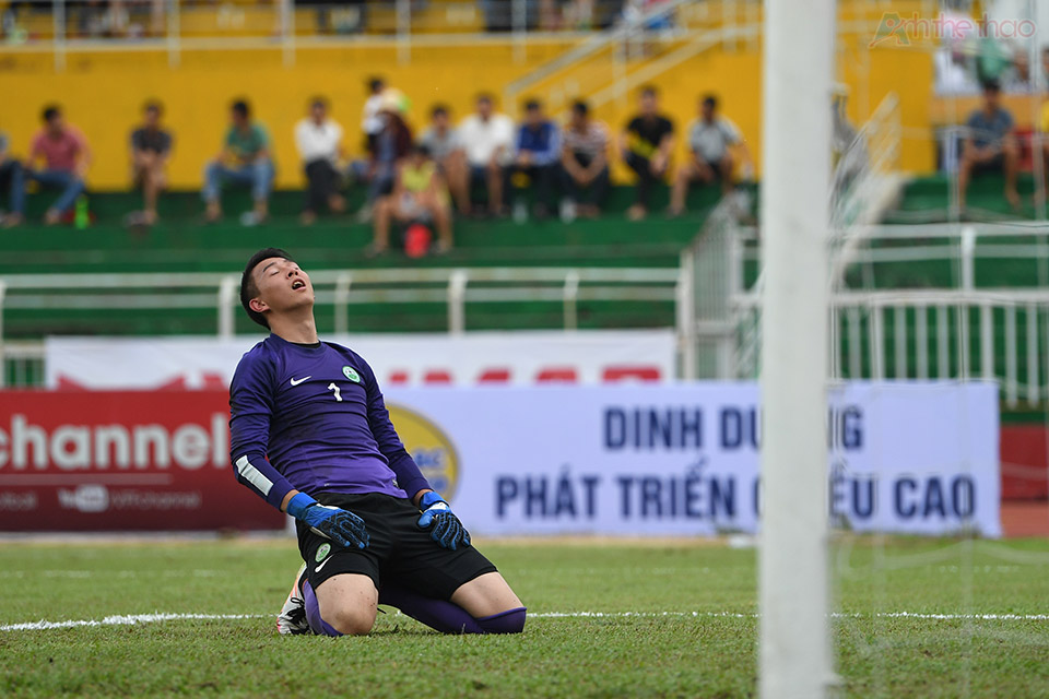 Thủ thành Macau chán nản vì phải vào lưới nhặt bóng nhiều lần