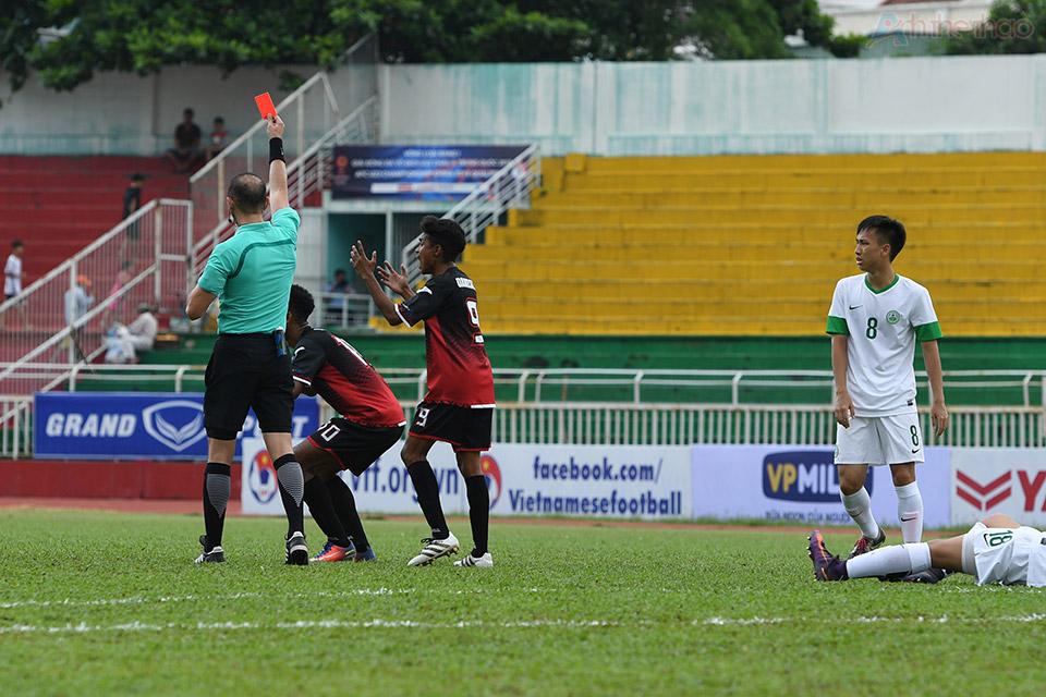Một cầu thủ Đông Timor bị phạt thẻ đỏ trực tiếp trong pha phạm lỗi