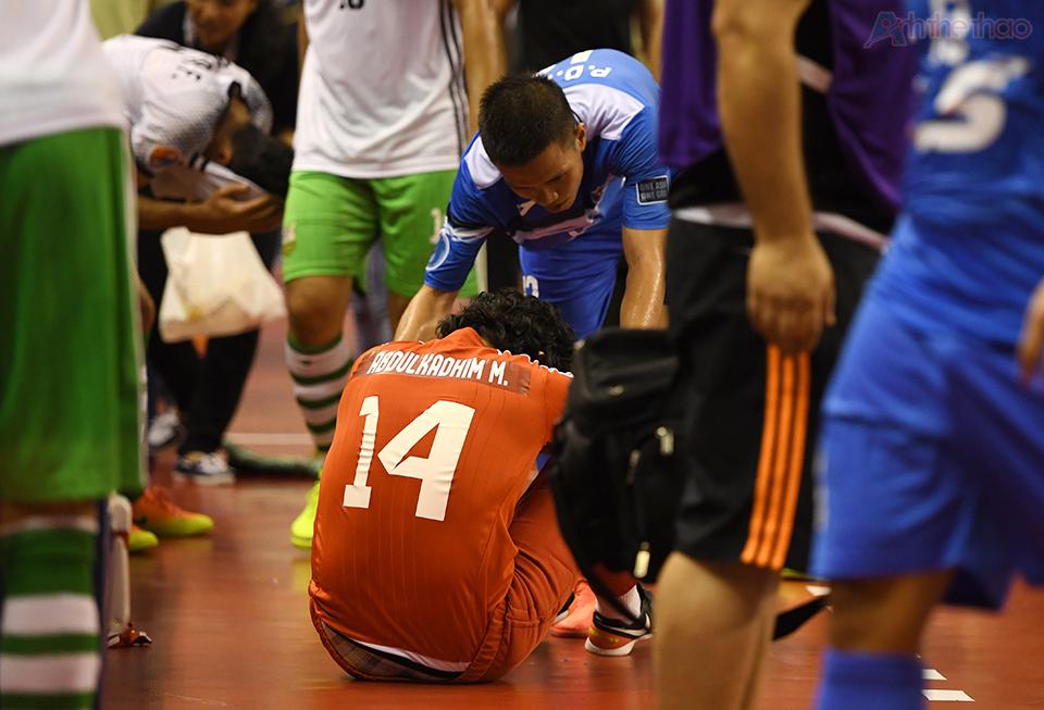 Một cầu thủ Nafit Al Wasat ngồi thừ trên sân khi tiếng còi kết thúc trận đấu vang lên