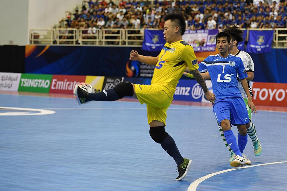 Thủ thành Văn Huy xuất sắc cản phá thành công pha bóng ăn bàn trong gang tấc