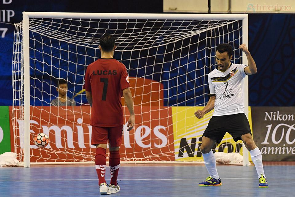 Số 7 Iran đã khéo léo tưng bóng qua người thủ thành Moshin, ấn định tỉ số 4-2 cho Sanaye Giti Pasand