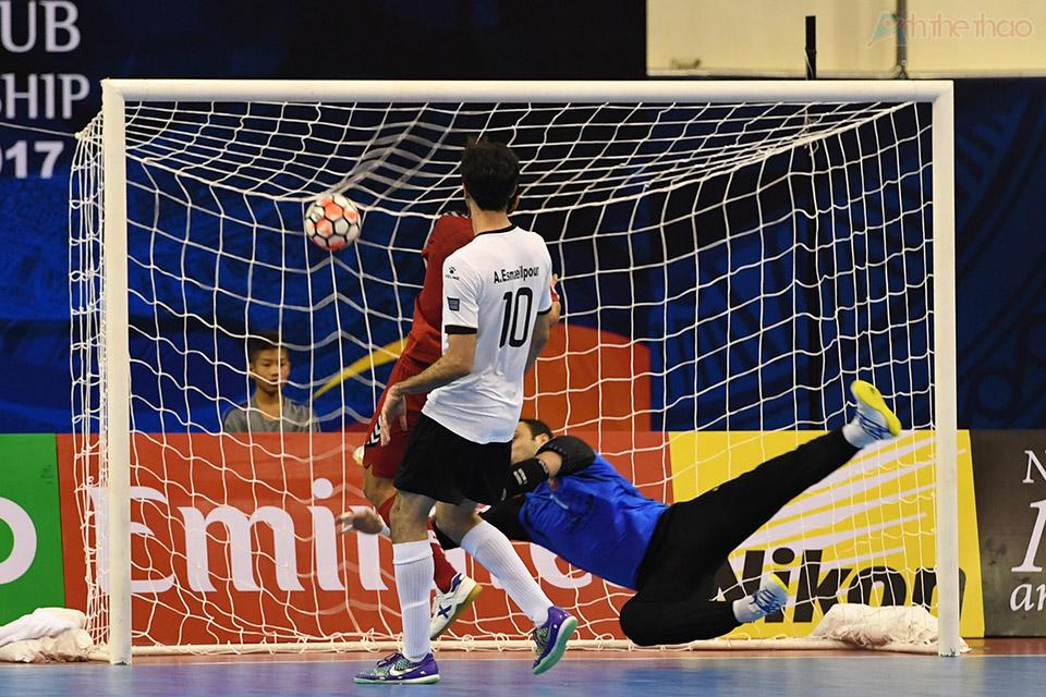 ở phút thứ 5 cầu thủ số 8 Qatar đón được đường truyền từ cầu thủ số 7 và sút tung lưới thủ thành Mohammadi, giảm khoảng cách còn 1-2