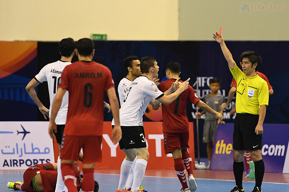Cầu thủ số 3 Iran bị thẻ đỏ vì pha vồ bóng nguy hiểm