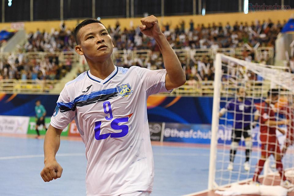 Cầu thủ số 11 Trần Văn Anh Vũ san bằng tỉ số 1-1 từ đường truyền của cầu thủ 9.