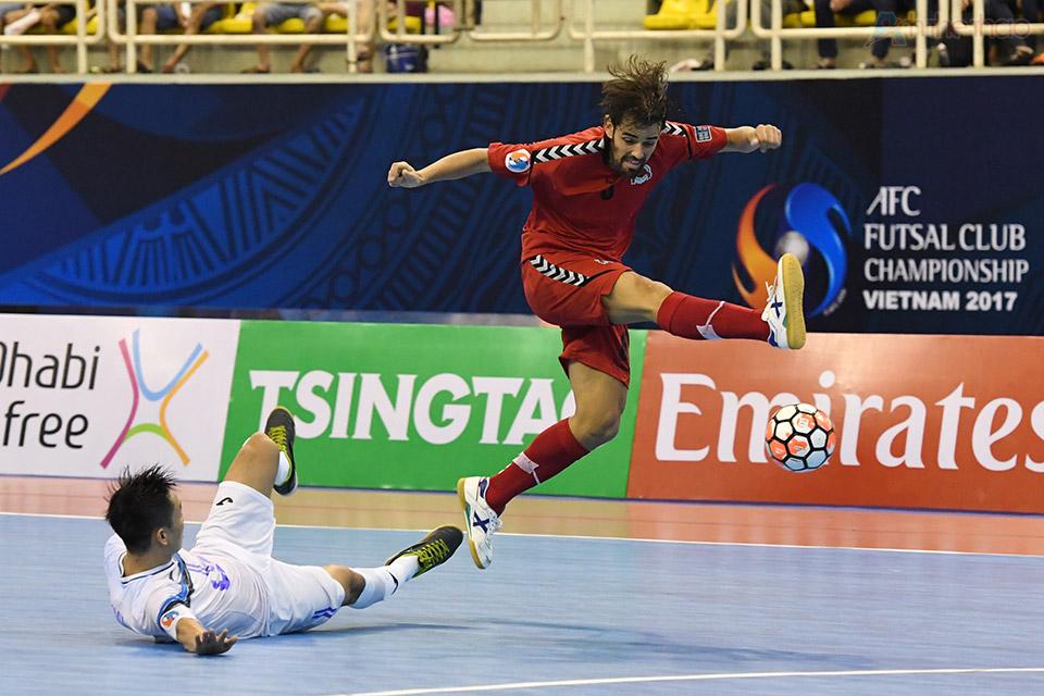 Pha đi bóng tốc độ của một cầu thủ Qatar