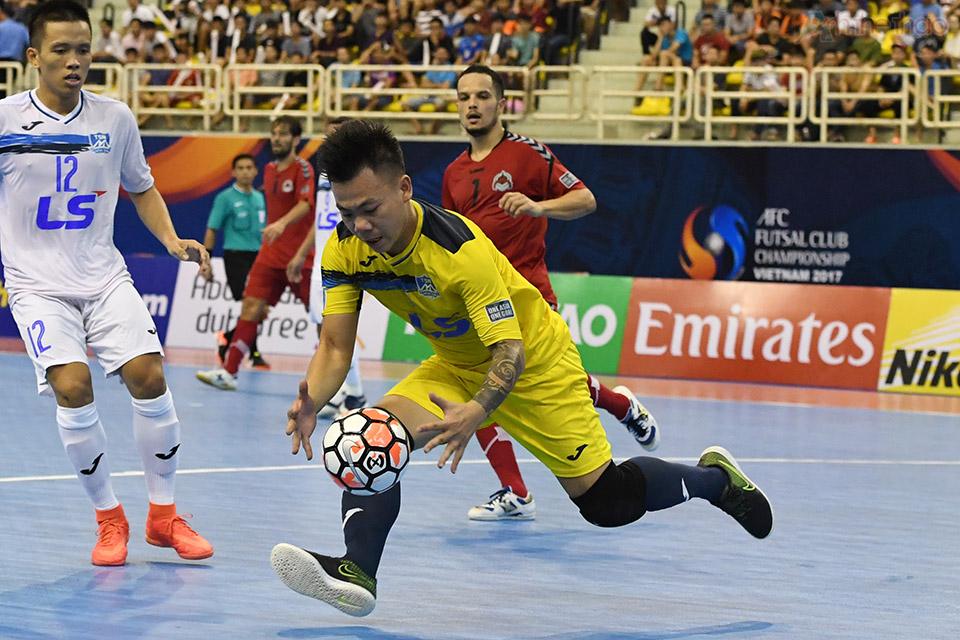 Thủ thành Văn Huy xuất sắc bắt được cú sút ở phút thứ 13:04