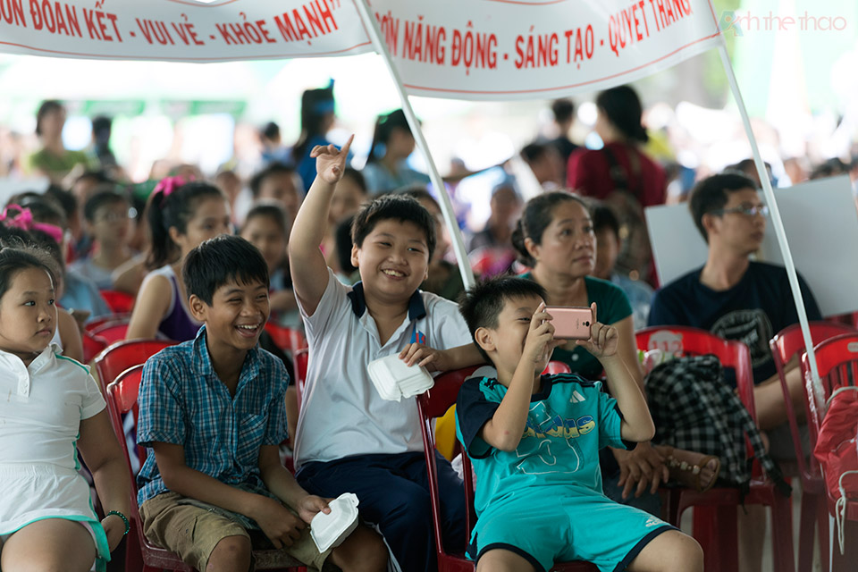 Trẻ em háo hức xem biểu diễn