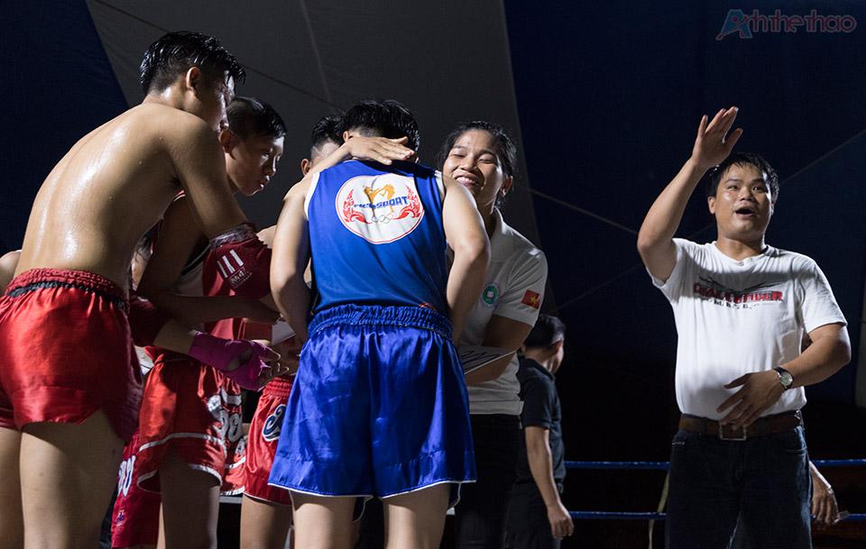 Đồng đội ủng hộ tiền thưởng cho Thanh Trúc