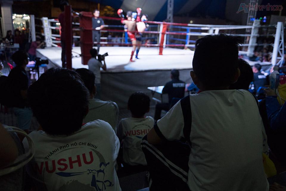 Mấy bé tập Wushu ngôi xem thi đấu sau giờ học