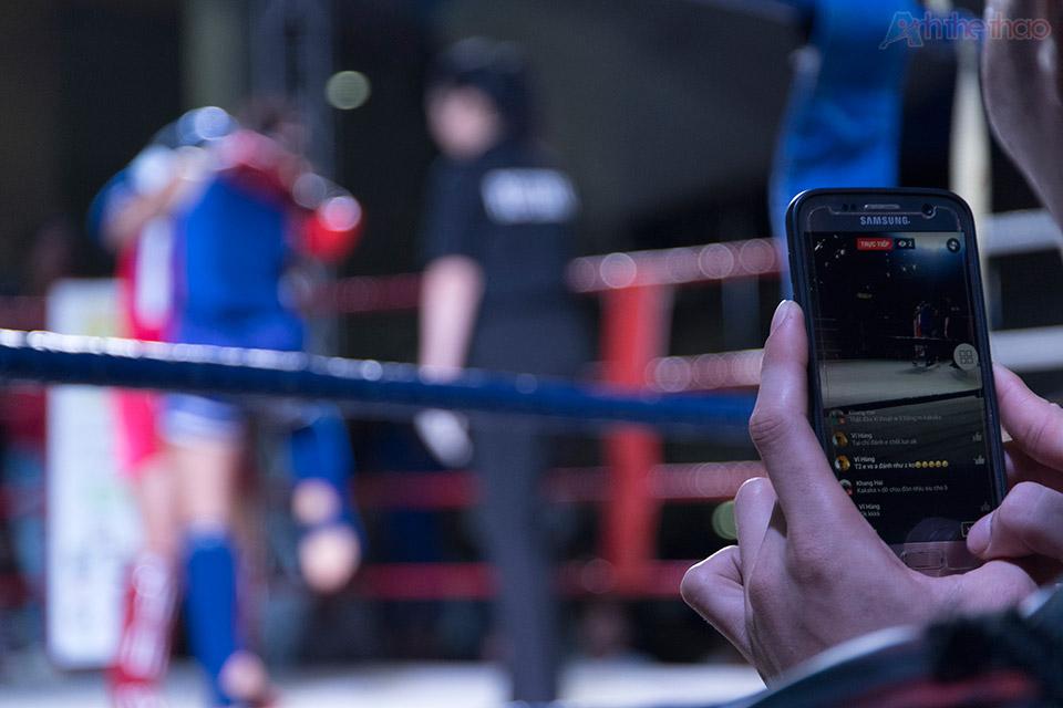 Rất nhiêu bạn trẻ quay lại trận đấu bằng smart phone