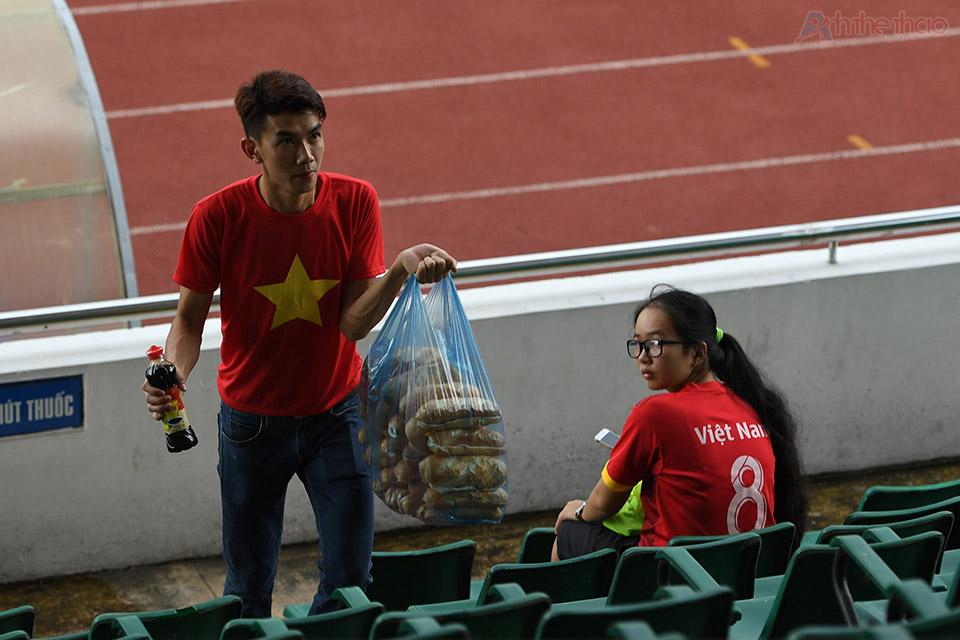 Tình nguyện viên chuẩn bị thức ăn cho trận đấu giữa Việt Nam và KoreaTình nguyện viên chuẩn bị thức ăn cho trận đấu giữa Việt Nam và Korea