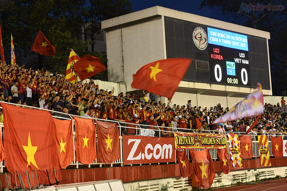 Cả sân vận động tràn ngập sắc đỏ