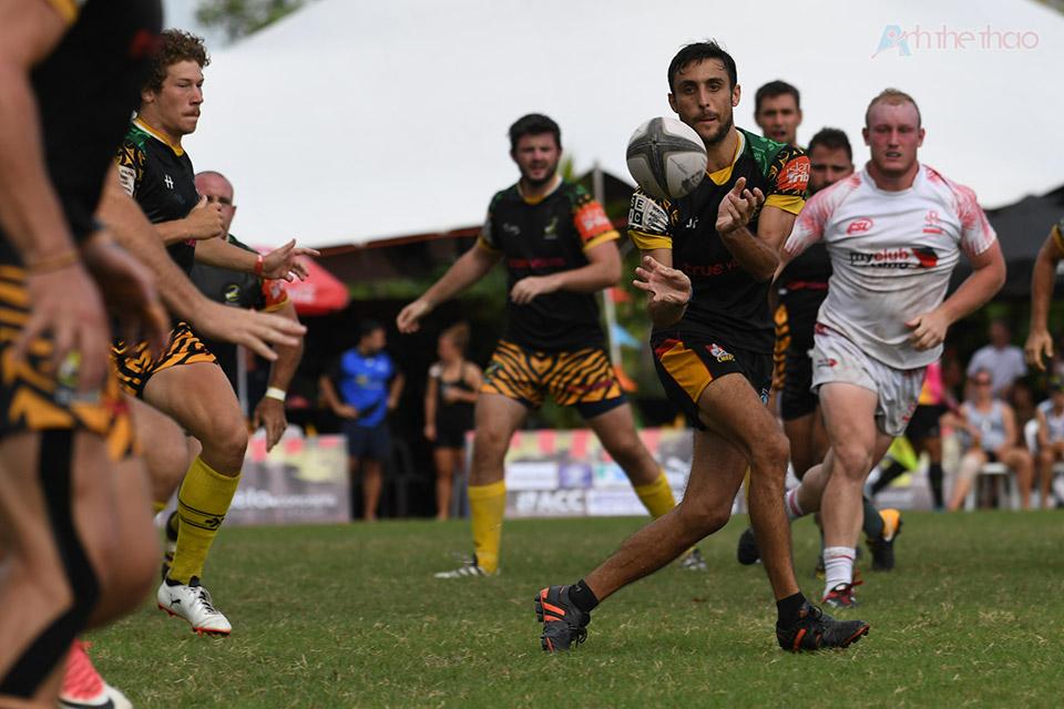 Cầu thủ có bóng khi bị cản trở phải nhanh chóng truyền bóng cho đồng đội