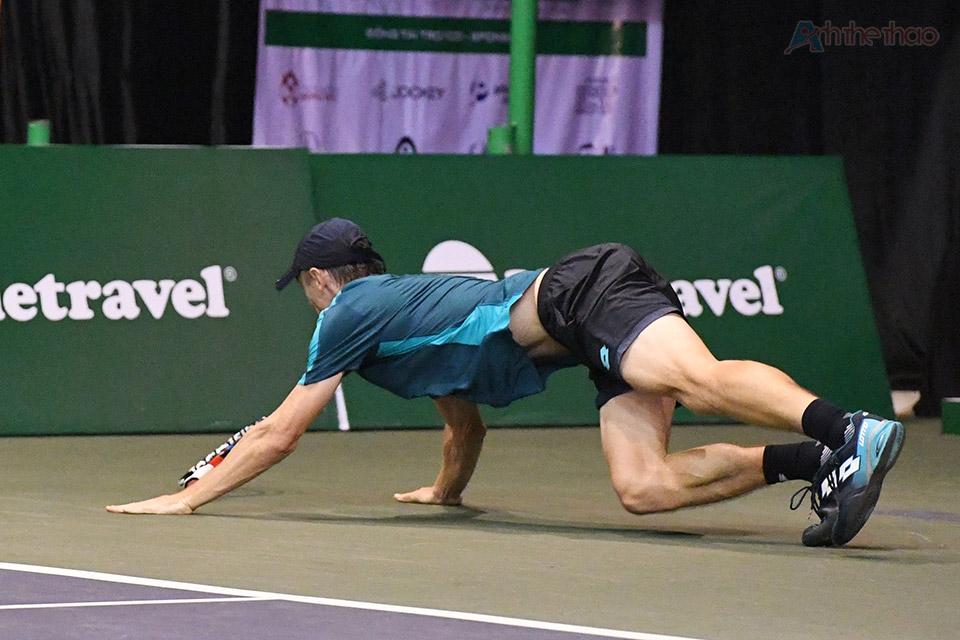 và đây cũng là lúc 2 tay vợt trình diễn những pha đập bóng cũng như bay người cứu bóng đẹp mắt