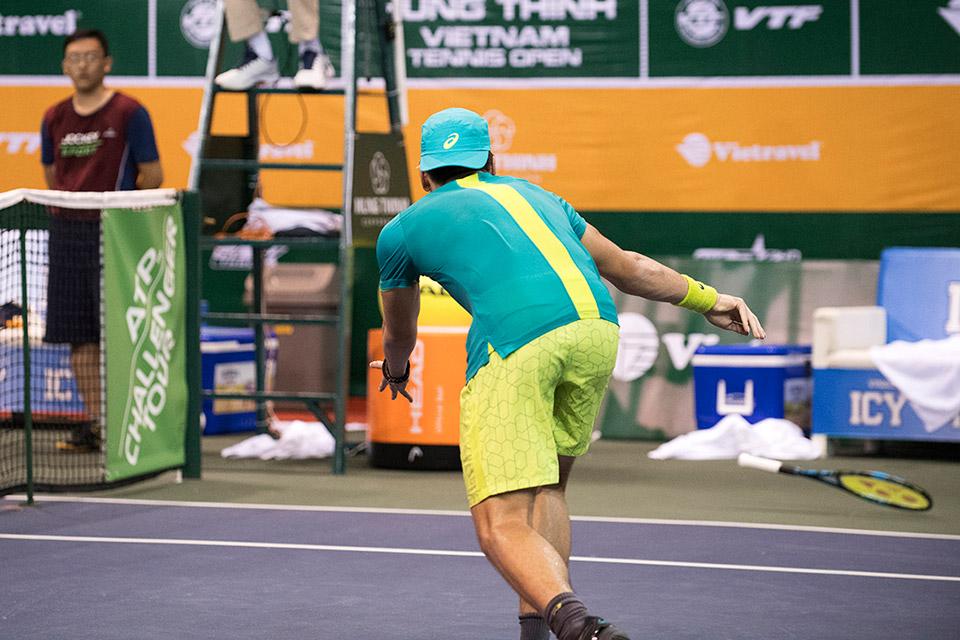 Santillan ném vợt sau điểm kết thúc trận của Youzhny (3-6)