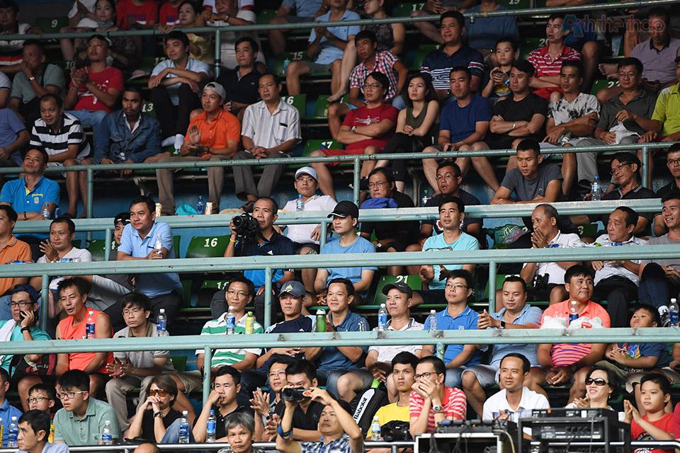 Rất đông khán giả đã đến xem và cổ vũ cho 2 đội