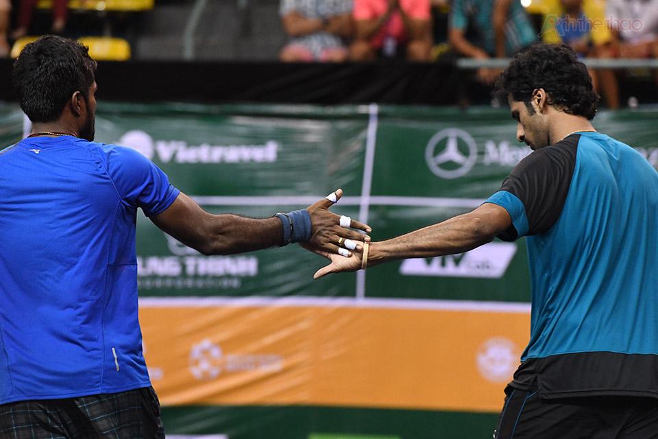 2 tay vợt Ấn Độ ăn mừng chiến thắng