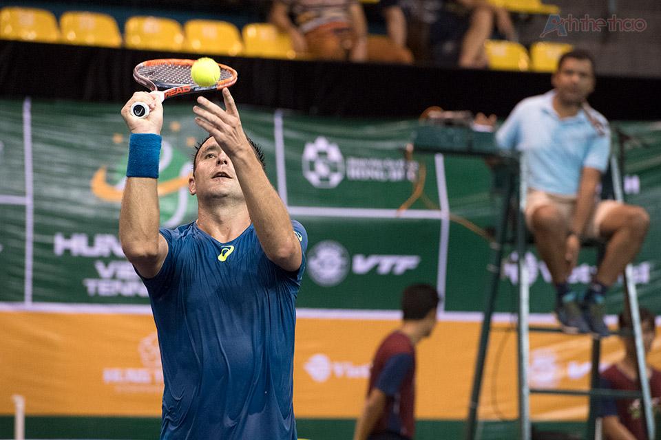 Matosevic tặng bóng cho người hâm mộ